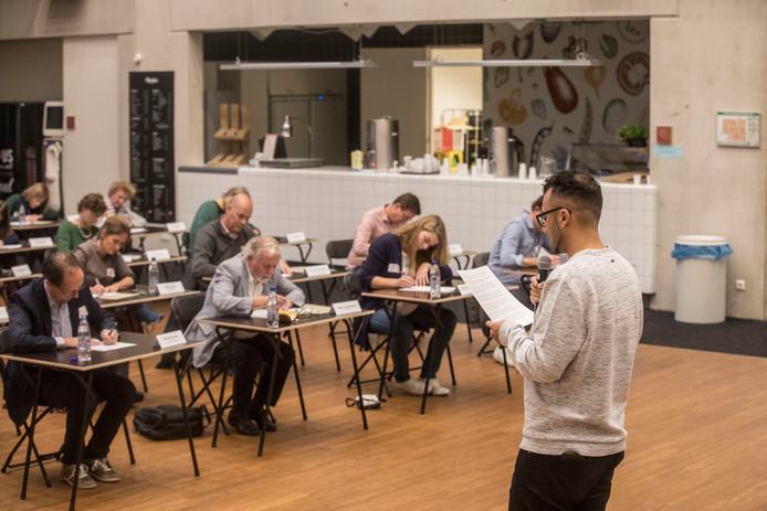 Ozcan Akyol leest het Groot Eindhovens Dictee voor in Augustinianum in Eindhoven