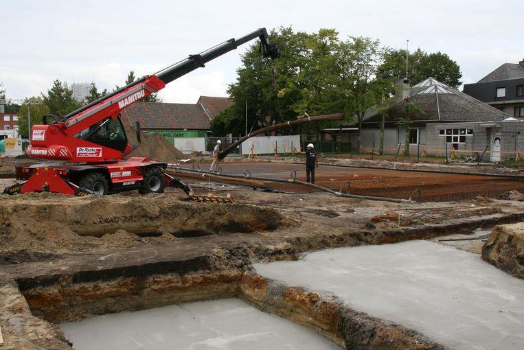 Op het Marktplein van Kapellen zijn er al volop werken aan de gang voor de bouw van een opvallende ronde feestzaal.