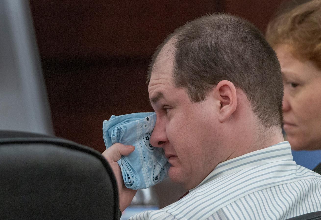 Timothy Jones, essuyant ses larmes lors du procès.