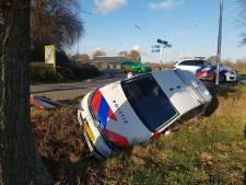Politiewagen vliegt uit de bocht en eindigt in sloot Winterswijk; agent en politiehond ongedeerd