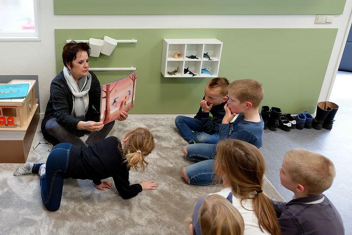 Op basisschool De Heiberg in Roosendaal is noodopvang geregeld voor kinderen van ouders die in vitale beroepen werken. Maar er is ook toenemende behoefte aan noodopvang voor kinderen uit kwetsbare gezinnen.