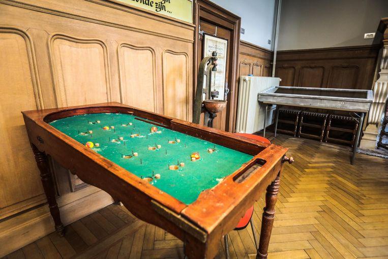 De honderd jaar oude flipperkast van café De Vlaamse Leeuw.