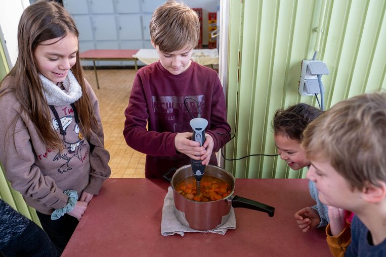 De leerlingen van basisschool Kiliaan maken soep