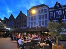 Feyenoordfans willen voor wedstrijd met Vitesse indrinken op de Korenmarkt