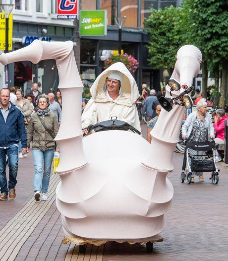 Straattheaterfestival in Almelo kan tóch doorgaan: 'Weer reuring in de stad'