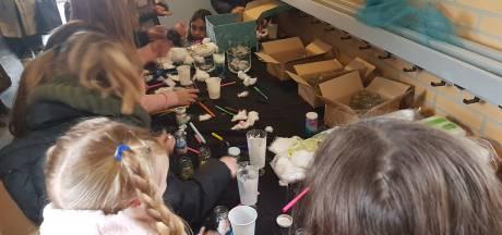 Leerlingen van 't Schrijverke in Den Bosch maken en showen wolkenpotjes en weerhelmen