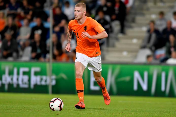 Rick van Drongelen in actie voor Jong Oranje.