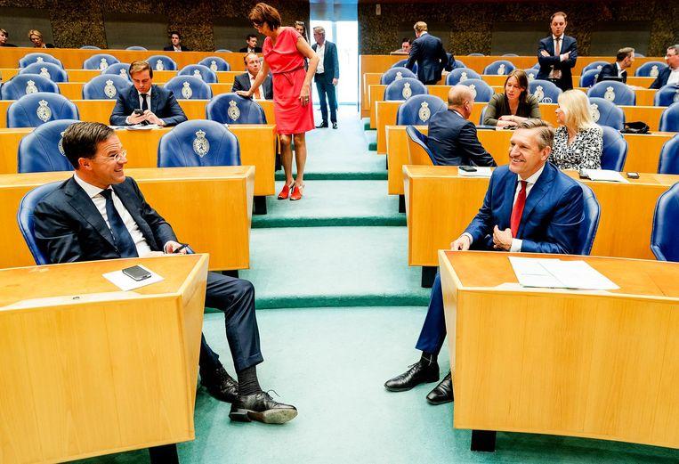 Premier Mark Rutte (VVD) en Sybrand Buma (CDA) tijdens het debat over het verloop van de formatie, 17 mei 2017. Beeld null