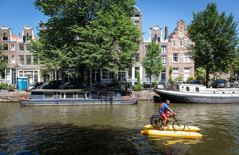 Dhruv Boruah heeft veel bekijks. 'Oh my god, he is riding a bike on the water.' Beeld Dingena Mol