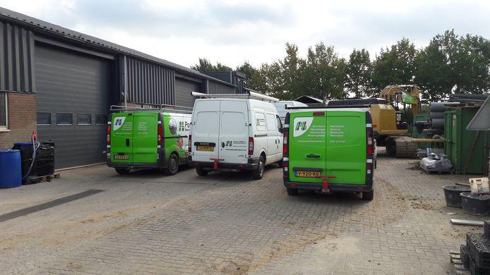 Wagens van Postma staan werkloos op het terrein bedrijfsterrein in Bergharen.