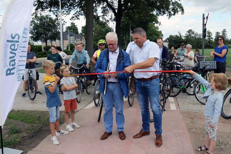 Burgemeester Walter Luyten (CD&V) en schepen Patrick Van den Borne (CD&V) openen het fietspad.