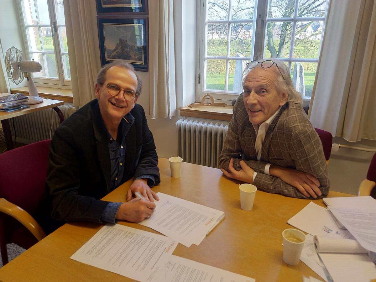 René Bastiaanse (rechts) en Jan Kriek, tekenmoment op de Citadel in 's-Hertogenbosch.