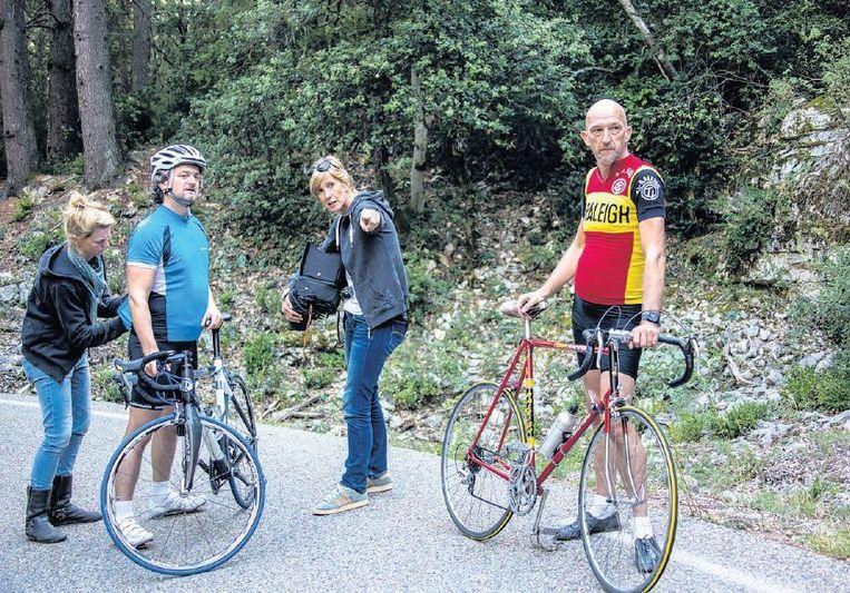 Van Kilsdonk met De Jong en acteur Kasper van Kooten op de filmset. Beeld