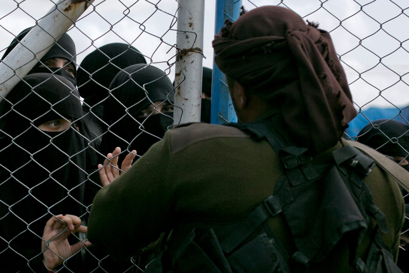 In het tumult van de Turkse bombardementen ontsnapten honderden mensen uit een Syrisch kamp in de plaats Ain Issa.