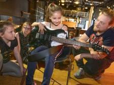 Elektrische gitaarlessen via Eddy's Kids moeten Vlissingse Evi helpen net zo goed te worden als haar tante