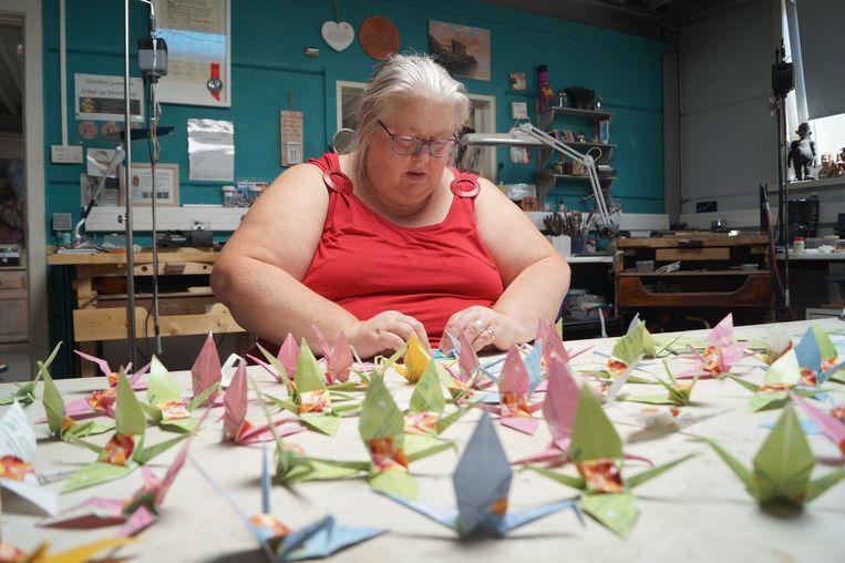 Kathy Vandamme van Art Studio Brikat vouwt kraanvogels voor vrede