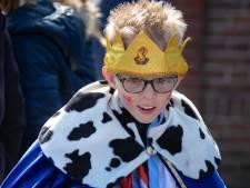 Bram (8) sjoelt als een koning tijdens spelen in IJsselmuiden