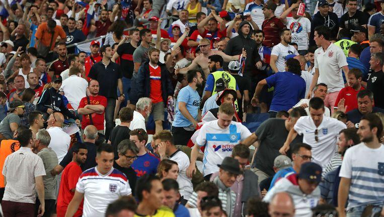 Russische supporters belagen Engelse supporters. Beeld ap