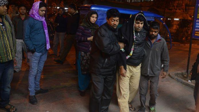 Een gewonde inwoner van de Indiase stad Siliguri wordt naar het ziekenhuis gebracht.