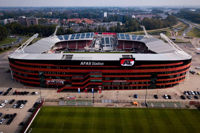 Dronefoto van de schade aan het dak van het AFAS-Stadion van AZ.