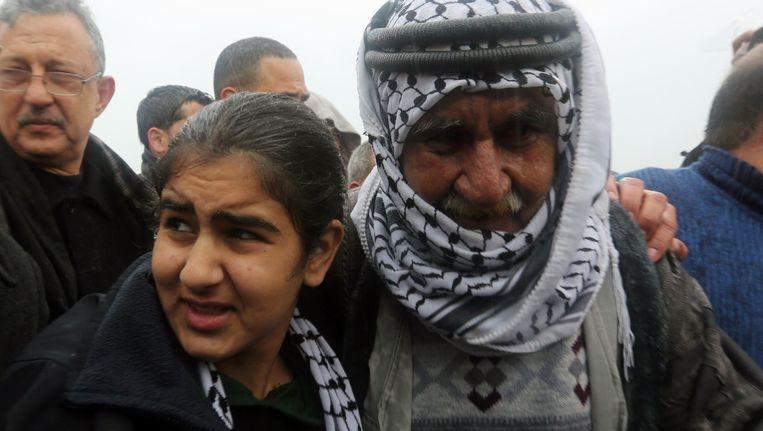 Het veertienjarige Palestijnse meisje Malak al-Khatib is weer herenigd met haar vader en de rest van haar familie.