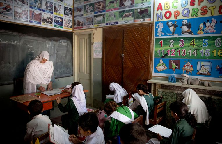 Een schoolklas in Mingora, Pakistan, waar Malala Yousufzai ooit actie voerde voor onderwijs voor meisjes. Beeld AP Photo / Anja Niedringhaus