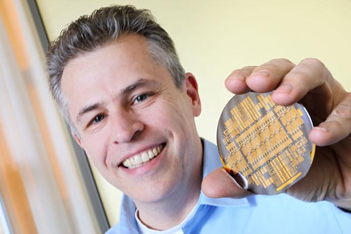 Robert Feelders van Smart Photonics toont een wafer voor photonische chips.