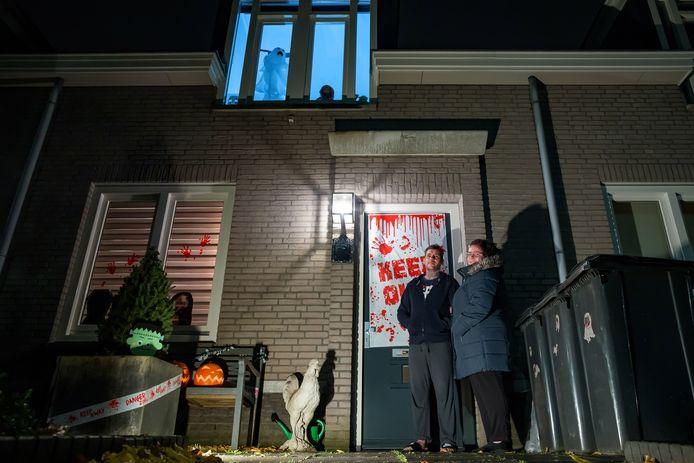 Ricky-Lee en Rachel Benson hebben hun voortuin en huis versierd voor Halloween.
