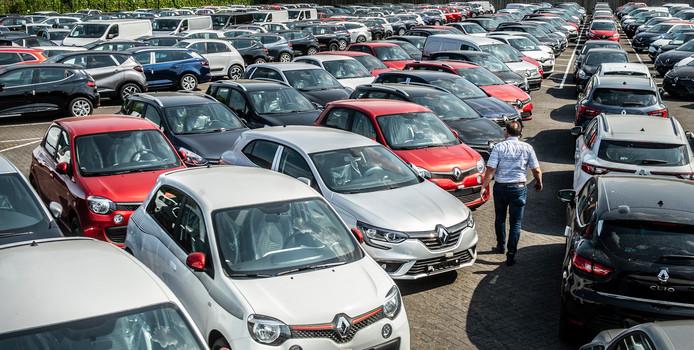 Veel autodealers hebben de afgelopen maanden extra auto's in voorraad genomen, om de nieuwe belastingregels vóór te zijn