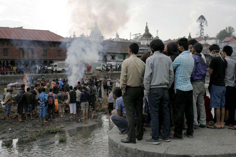 Een rouwplechtigheid in Kathmandu. De lijken worden volgens traditionele wijze verbrand. Beeld afp