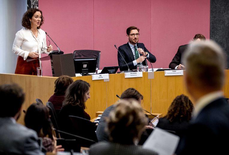 De Amsterdamse burgemeester Femke Halsema verantwoordt zich in de gemeenteraad voor haar uitspraken over het niet handhaven van het boerkaverbod.  Beeld ANP