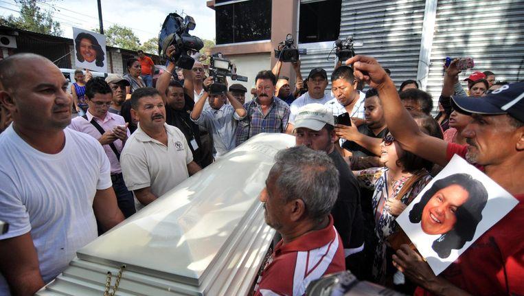 Familie en vrienden dragen de doodskist van Berta Caceres, een milieuactivist die in 2016 werd vermoord in La Esperanza, Honduras Beeld epa