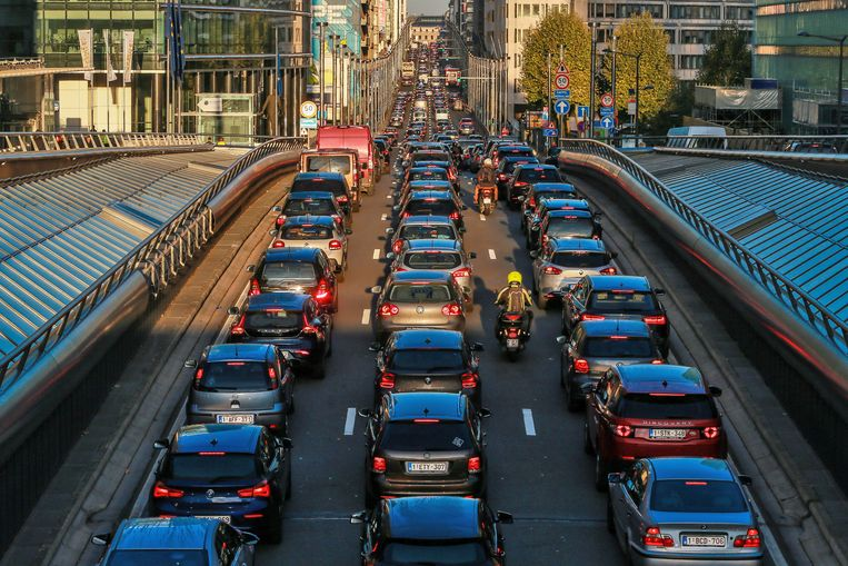 Auto's in de file in de Wetstraat in Brussel.