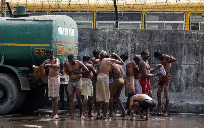 Boeren uit het Indiase Nasik wassen zich aan een watertank nadat ze lopend Mumbai hebben bereikt. Ongeveer 30.000 boeren zijn bezig met een protestmars van Nasik naar Mumbai omdat ze verlaging van hun kosten eisen. Foto Divyakant Solanki
