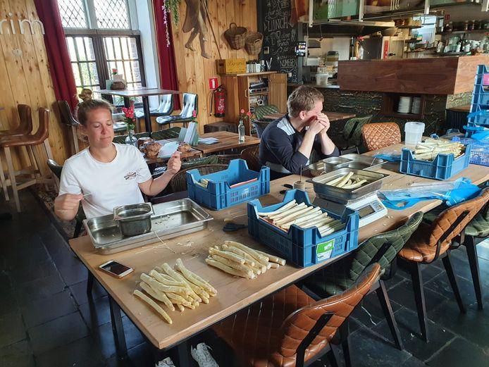 Medewerkers van Hotel Credible in Nijmegen bezig met het samenstellen van de aspergepakketten voor de zorg.