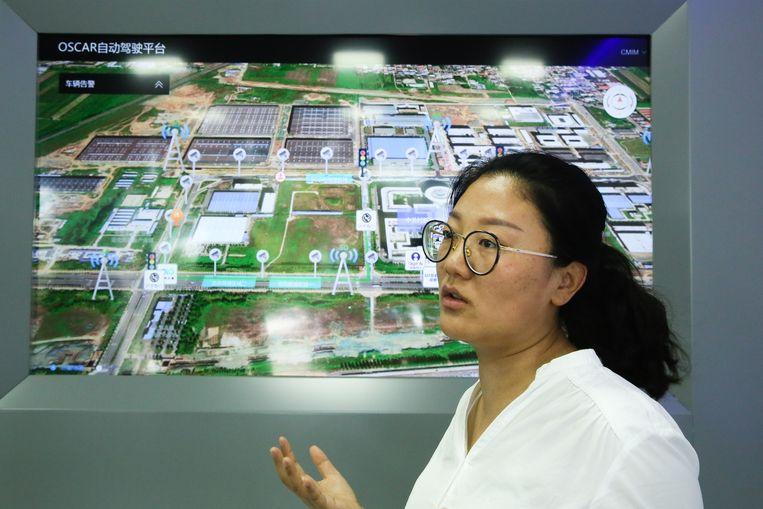 Wang Haitang bij de kaart van het testcircuit. Beeld Elke Scholiers
