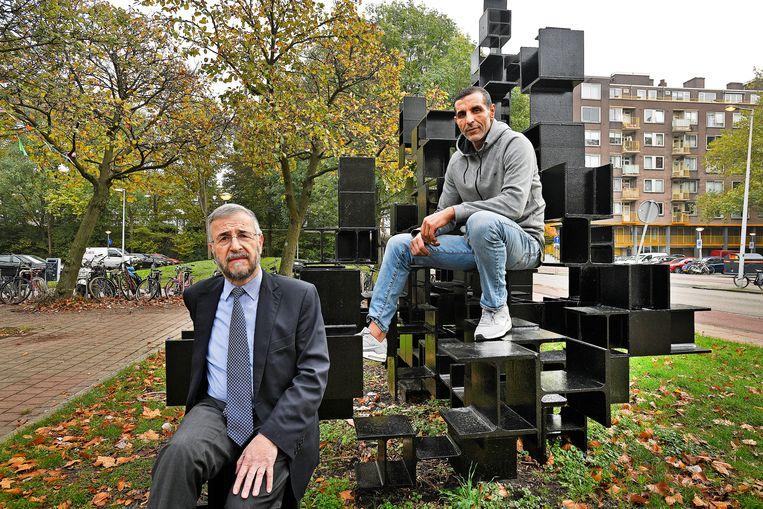 Lody van de Kamp (links), rabbijn, en Said Bensellam, voormalig kick-bokser hebben elkaar gevonden in het voorlichten van jeugd over radicalisering en andere maatschappelijke problemen.  Beeld Guus Dubbelman / de Volkskrant