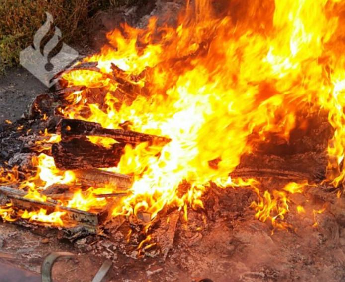 Wijkagent Peter van Essen bekeek de afvalverbranding van dichterbij en zag dat het niet allemaal volgens de regeltjes ging.