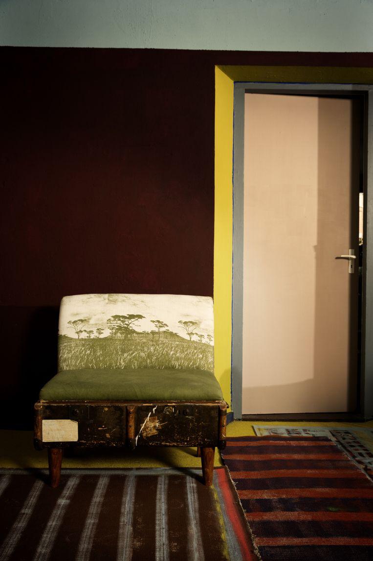 Tapijten Frank Visser schilderde de achterkant van de oude kleden met verfspray en muurverf. De 'kofferbank' is gemnaakt door studio REcreate uit Kaapstad van ontwerpster Katie Thompson. Het kussen is bekleed met de stof van het label Fabricnation. fromafricawithlove.nl Beeld Anne Dokter