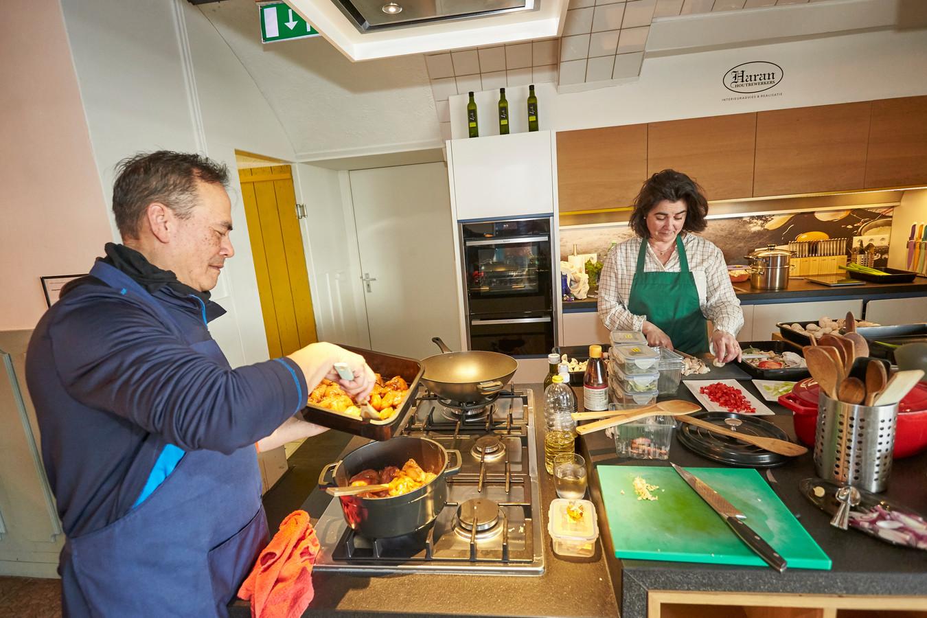 Estrella van Liere en collega-kok Ronald Marteau maakten gistermiddag de bestelde afhaalmaaltijden klaar in de keuken van Studio 16 in Neede.