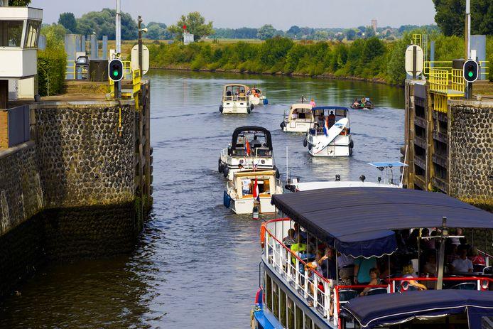 Beperkte doorvaart bij sluis Engelen. De wachttijd voor recreanten kan bij drukte oplopen tot twee uur, meldt de gemeente Den Bosch.