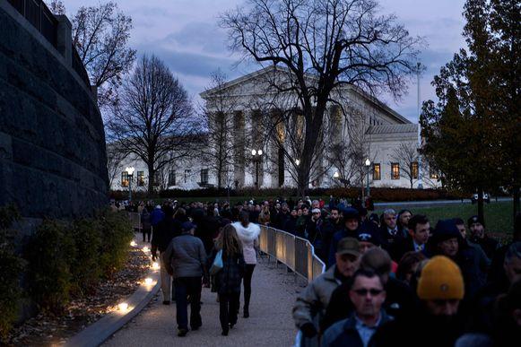 Een lange rij wachtenden voor het Capitool in Washington.