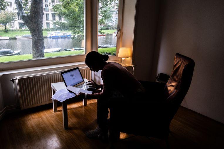 Vooral jonge werknemers zitten er soms aardig doorheen vanwege het vele thuiszitten. Beeld Joris Van Gennip