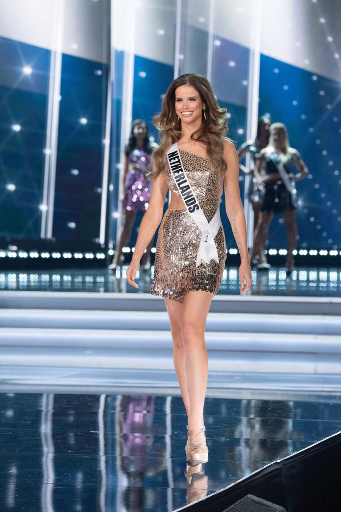 Nicky Opheij presenteert zichzelf tijdens de grote Miss Universe finale.
