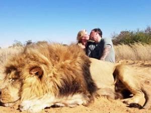Un couple critiqué pour s'être embrassé derrière le cadavre d'un lion
