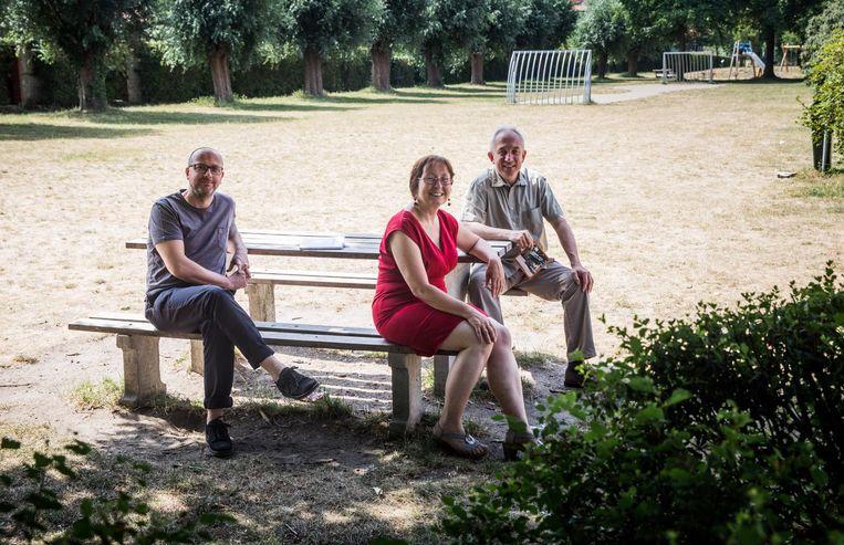 Geert Peymen, Tine Heyse en Dirk Sturtewagen op hun favoriete 'luwteplek' aan het Prinsenhof.
