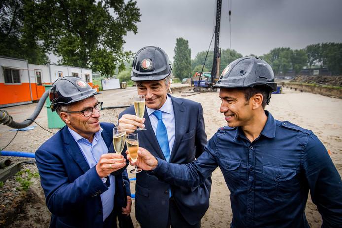 Trainer Giovanni van Bronckhorst (r) proost met algemeen directeur Eric Gudde (l) en wethouder Adriaan Visser tijdens de start van de de bouw van de nieuwe trainingsaccommodatie van Feyenoord.