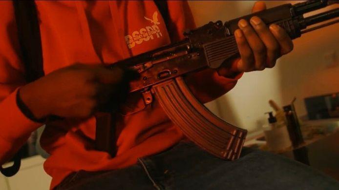 Eén van de wapens uit de bewuste videoclip Shooter 2.0, waarna de politie vrijdag besloot in te grijpen.