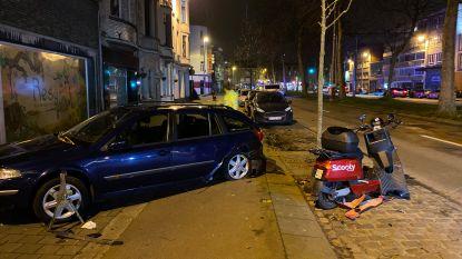 Wagen ramt geparkeerde auto op Herentalsebaan: één zwaargewonde
