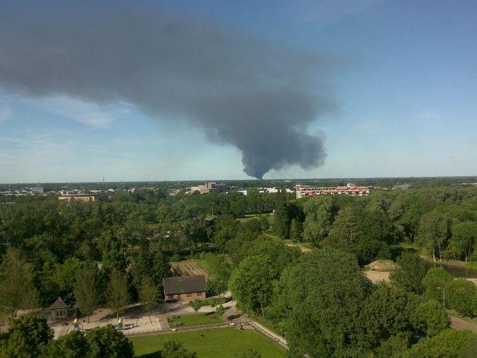 Een grote brand in Nieuwleusen is te zien vanuit Zwolle. foto Daniel Boer
